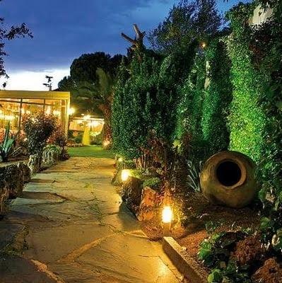 Consejos de iluminaci n para dar seguridad y for Iluminacion arboles jardin