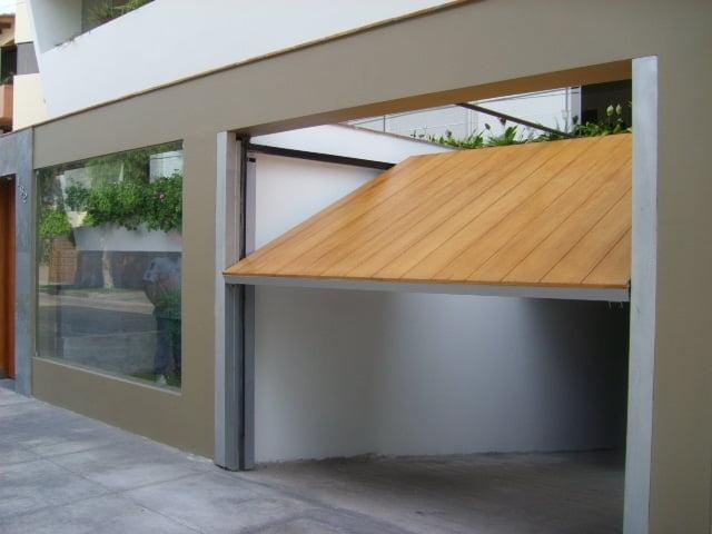 Puertas de garaje de madera y sus desventajas ideas para for Garajes modelos