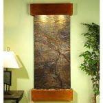 Diseño acentuado con una cascada de pared o una fuente de interior