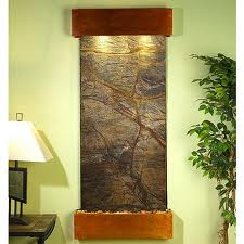Dise o acentuado con una cascada de pared o una fuente de for Fuentes decorativas interior
