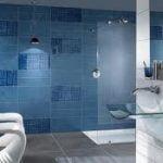 Considere la posibilidad de un cambio de color para un cuarto de baño lindo y de moda