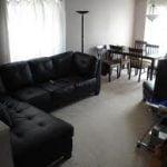 ¿Cómo se puede mostrar un mobiliario negro en sala?