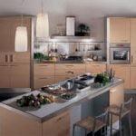 Aspecto brillante de luz del comedor y la cocina